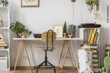 Arredare l'ufficio in casa: scrivania con cavalletti fai da te.